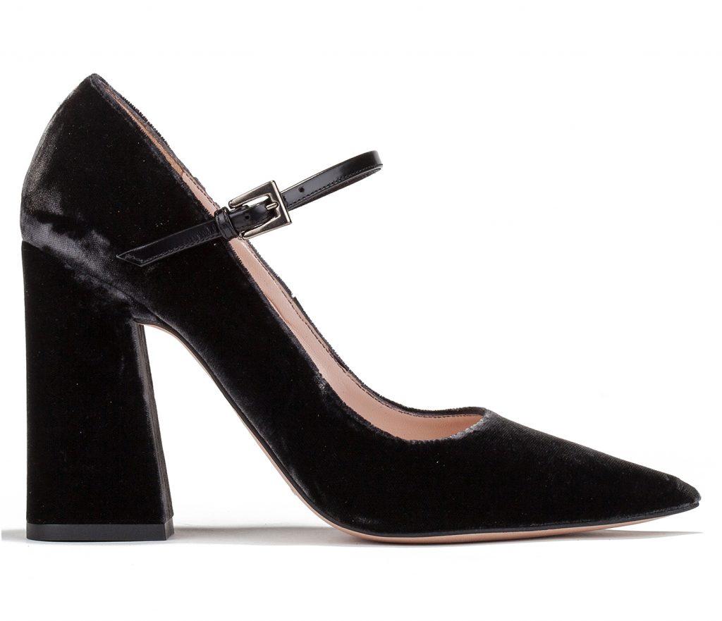 Zapatos de punta fina con tacón alto en bloque realizados en terciopelo gris con tira de piel en el tobillo.