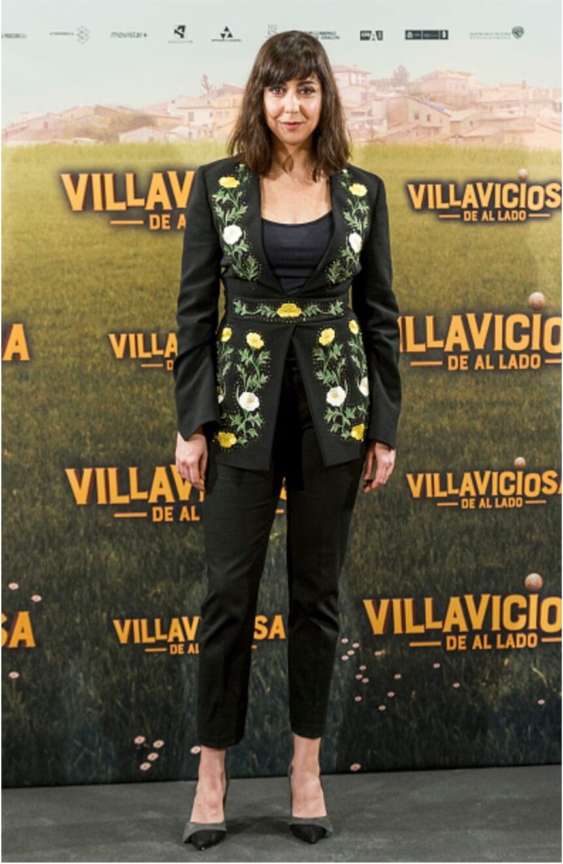 La actriz española Carmen ruiz con zapatos altos de tacon pura lopez en la alfombra roja del estreno de la película villaviciosa de al lado premiere
