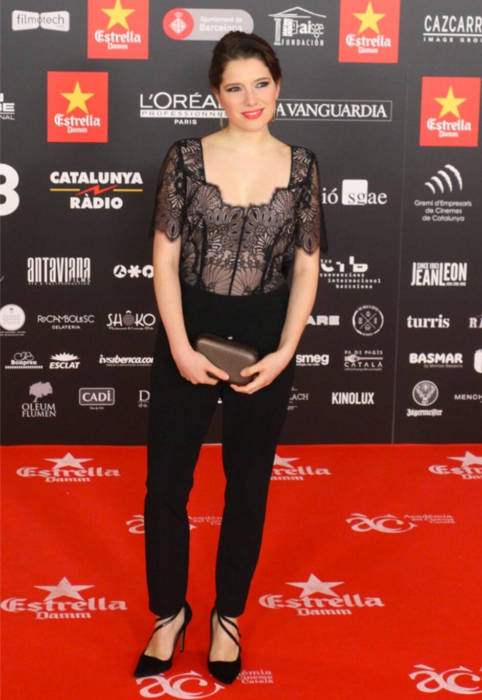 look diana gomez alfombra roja premios gaudi 2017 zapatos de salon pura lopez