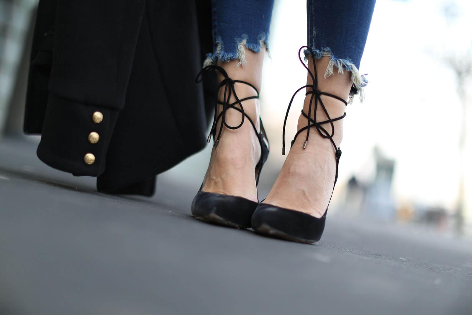 lady addict con salones de terciopelo atados al tobillo