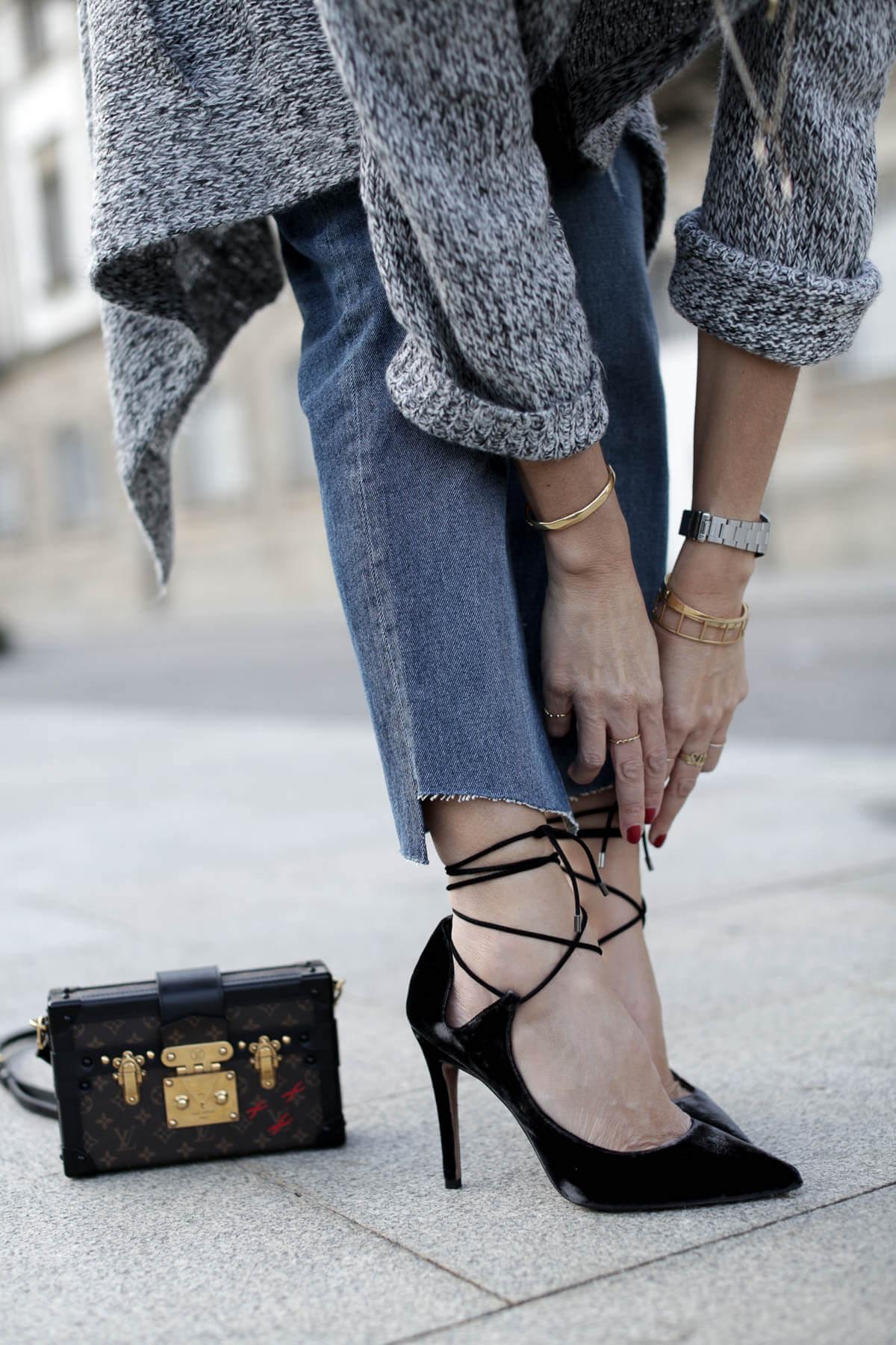 look vaqueros con zapatos de terciopelo negro con cordones pura lopez bartabac