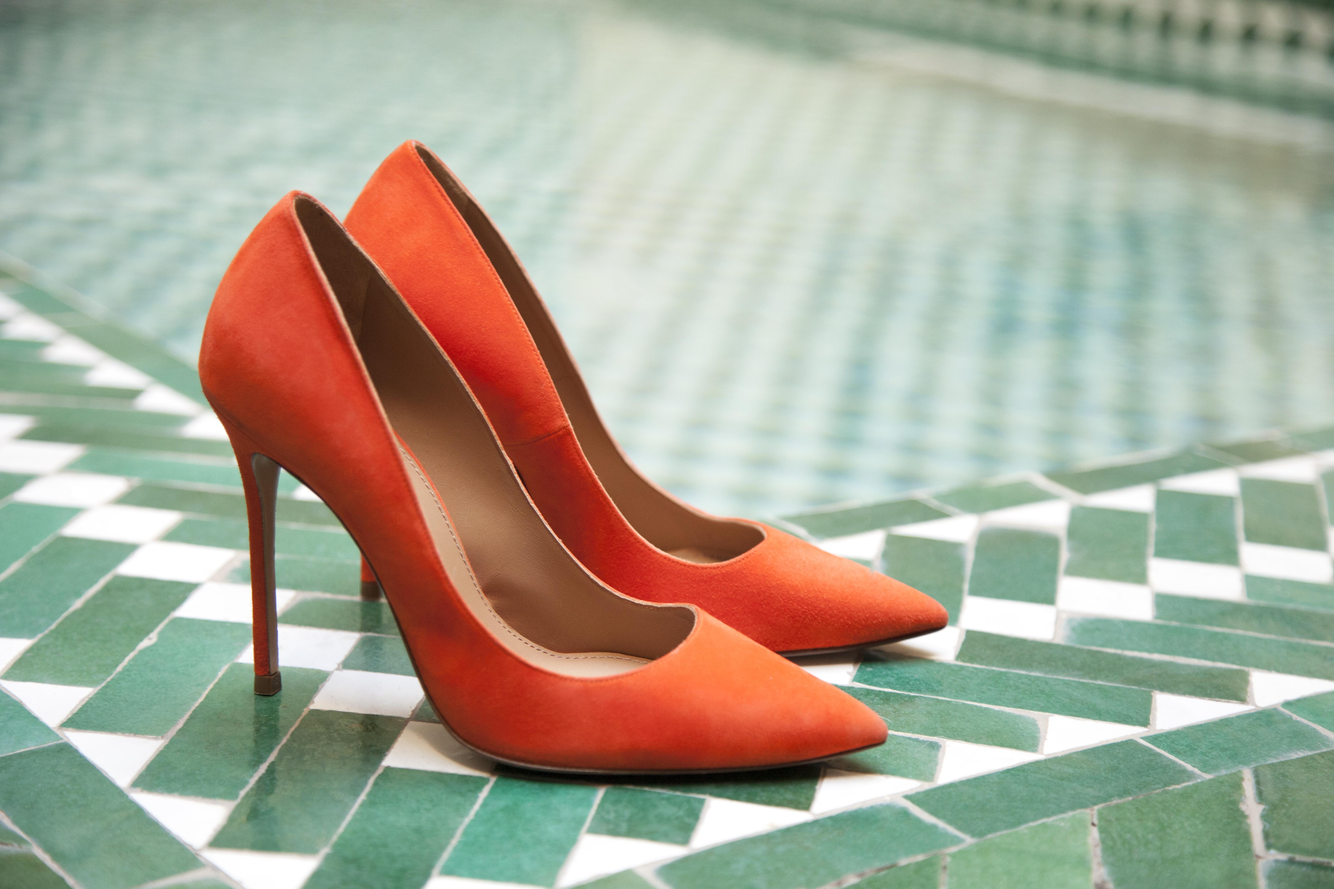 Zapatos de tacón alto en ante naranjas