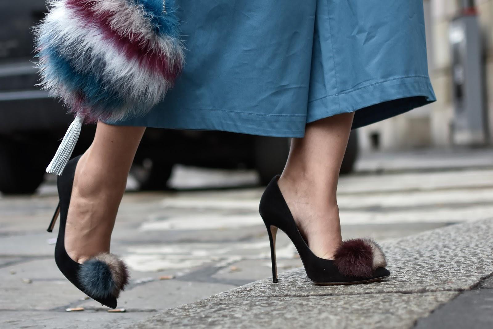 Zapatos de salón con tacón alto en ante negro con pompón