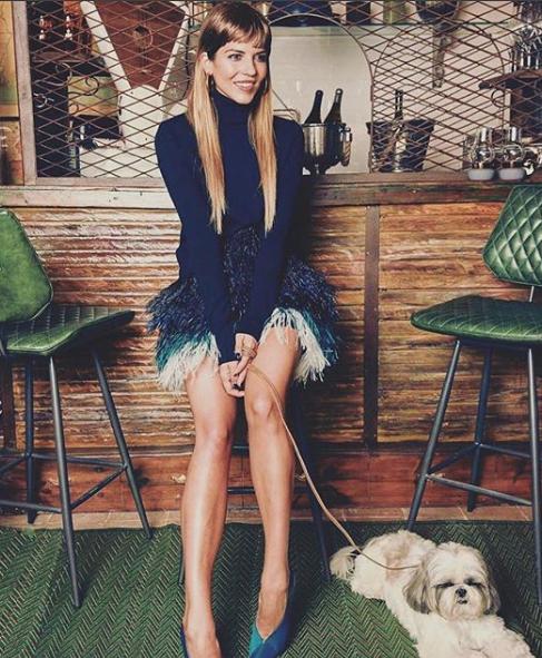 zapato de salón de punta fina de Pura López y tacón alto de piel y ante en color azul petróleo.