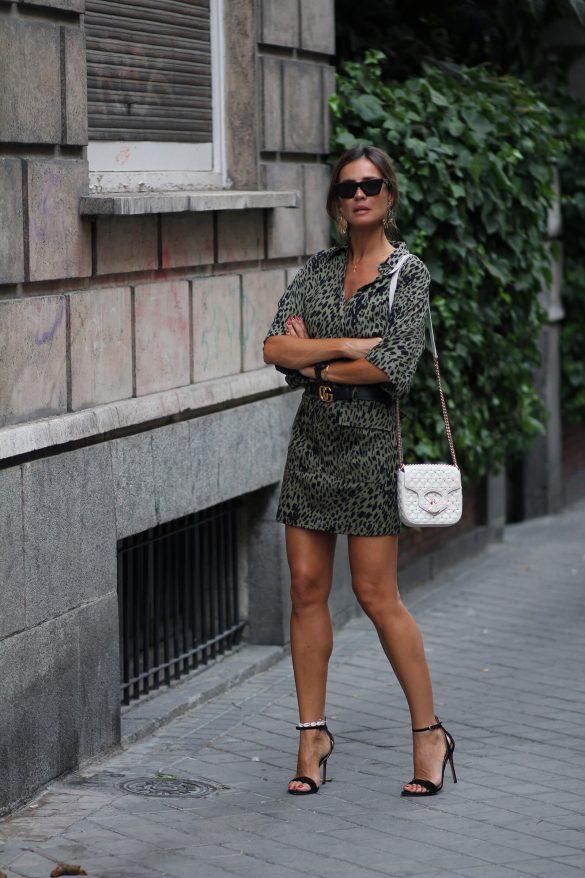 look sandalias negras pura lopez con vestido de leopardo kaki de lady addict