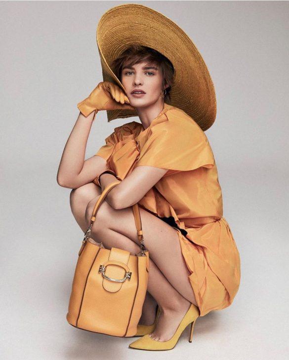 editorial mujer hoy con zapatos amarillos pura lopez