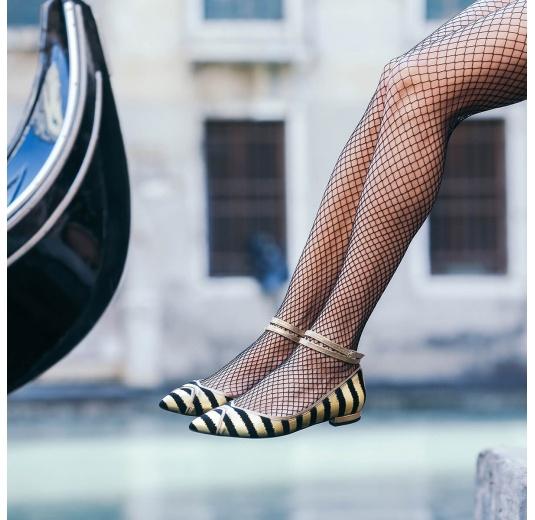 Zapatos planos de punta fina en ante con print de rayas oro y negro Pura L�pez