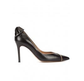 Zapatos de tacón con detalle de lazo trasero en piel color negro Pura López