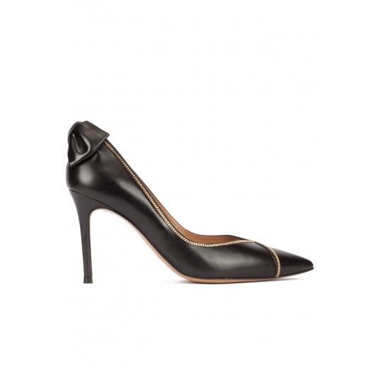 Zapatos de tacón con detalle de lazo trasero en piel color negro Pura L�pez