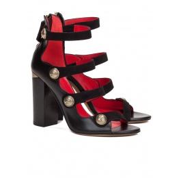 Sandalias de tacón alto en piel color negro con botones Pura López