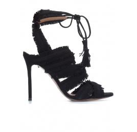 Sandalias de tacón alto en ante negro con flecos Pura López