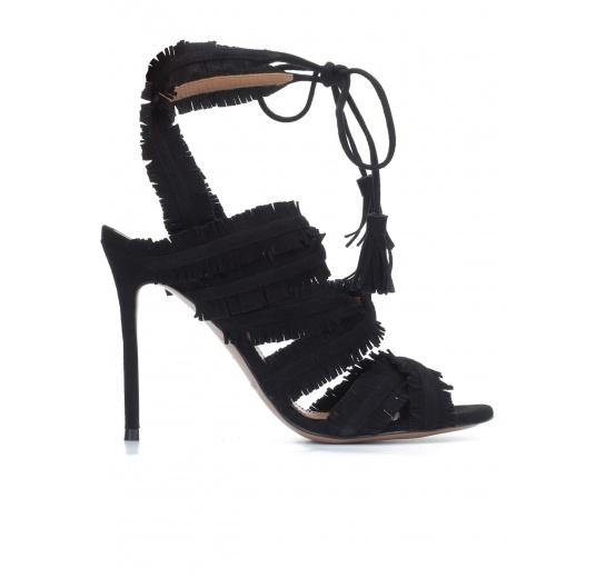 Sandalias de tacón alto en ante negro con flecos Pura L�pez