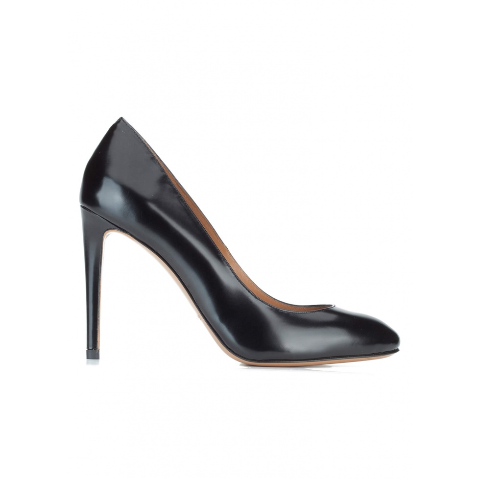 High heel shoes in black glossed leather