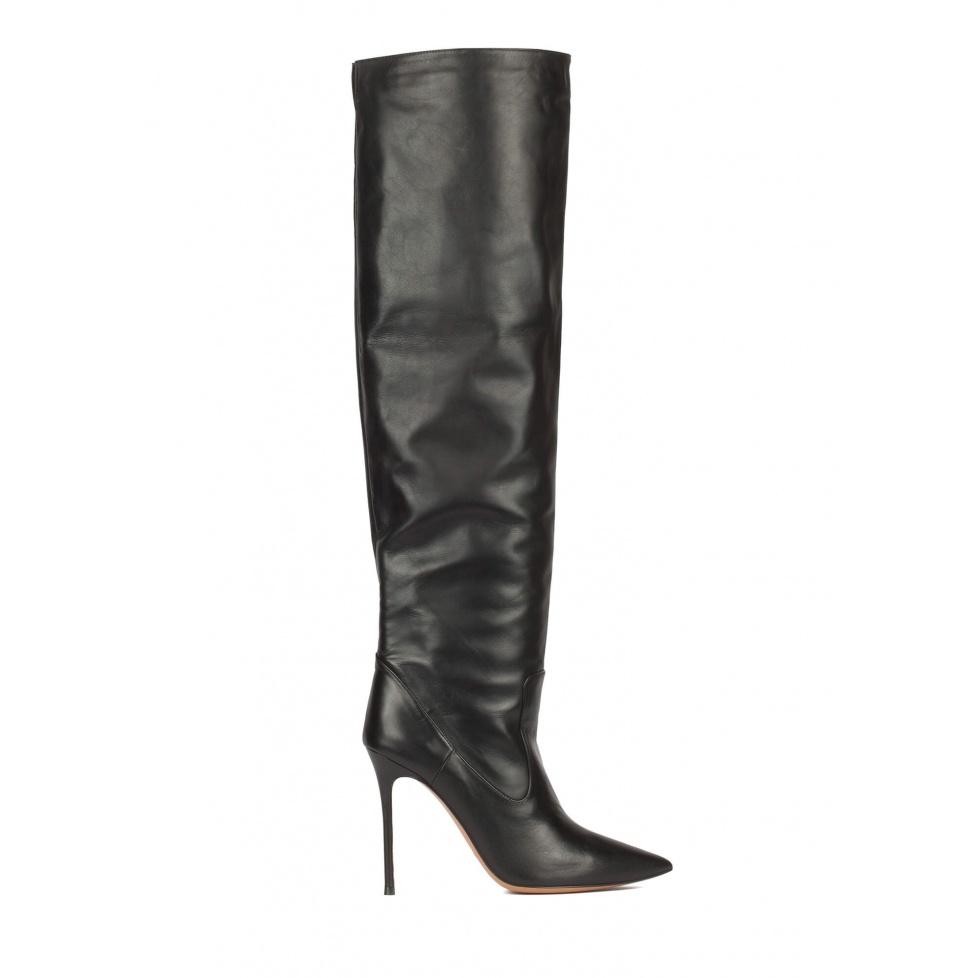 Botas de piel con tacón alto y punta fina en color negro