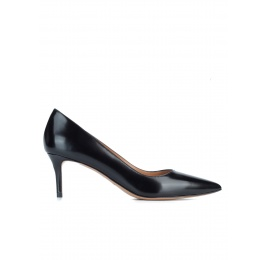 Mid heel pumps in black glossy leather Pura López