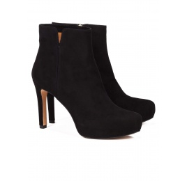 Mid heel ankle boots in black suede Pura López