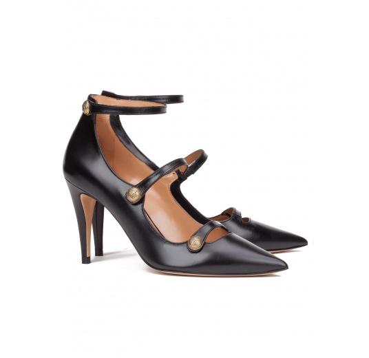 Zapatos de tacón alto en piel color negro con botones Pura López