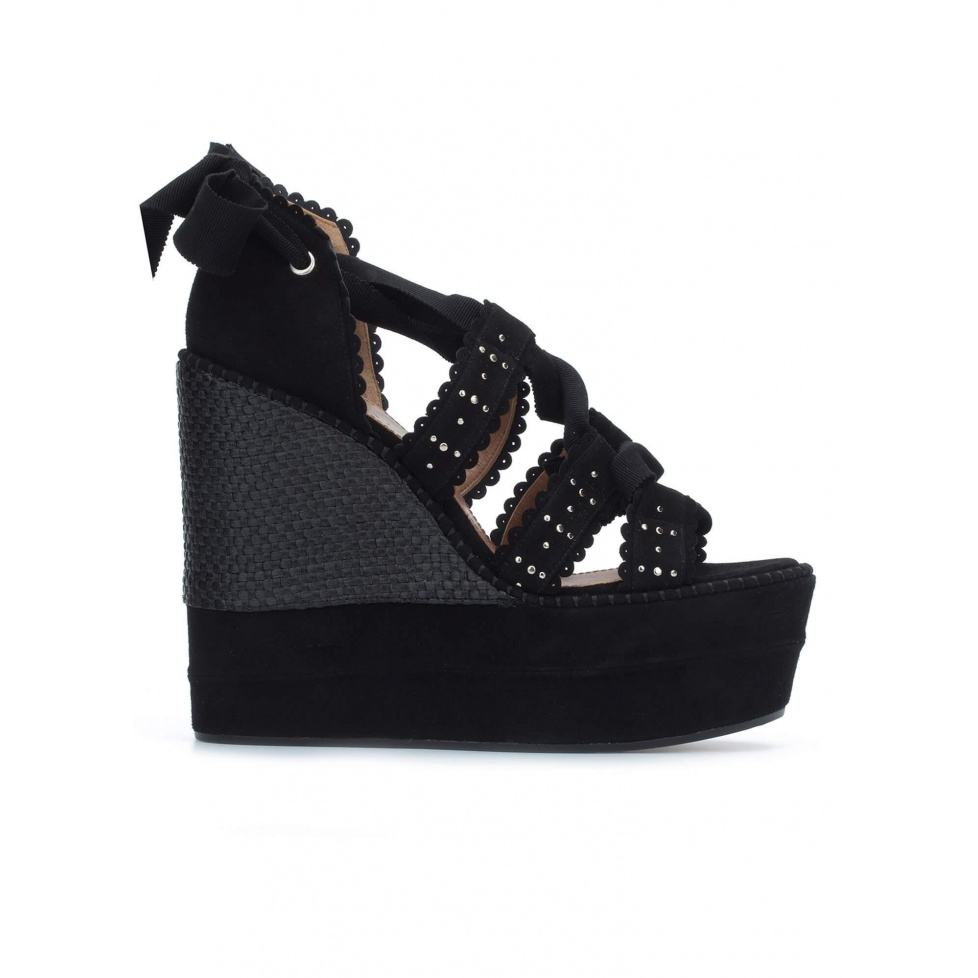 Sandalias negras atadas con cuña