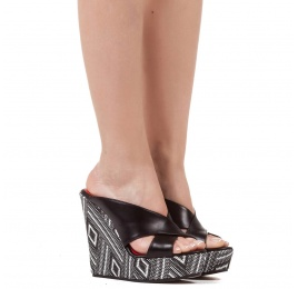 Wedge sandals in black leather and geometric pattern Pura López