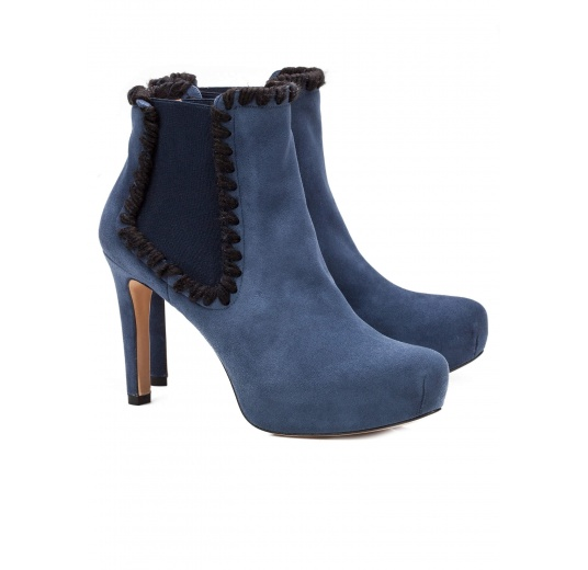 Elasticated mid heel ankle boots in navy blue suede Pura López