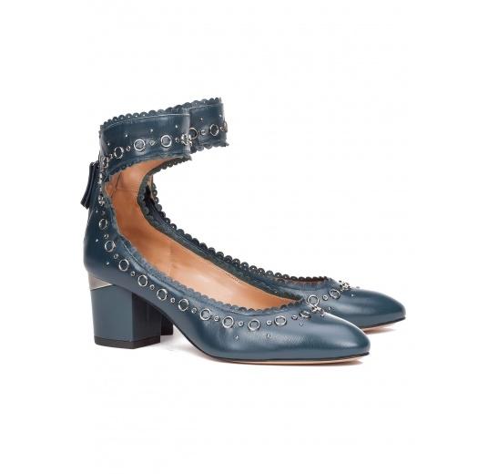 Zapatos de tacón medio en piel azul petróleo con pulsera Pura López