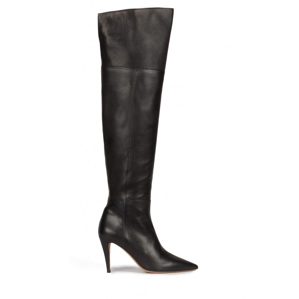 Botas mosqueteras de tacón alto y punta fina en piel color negro