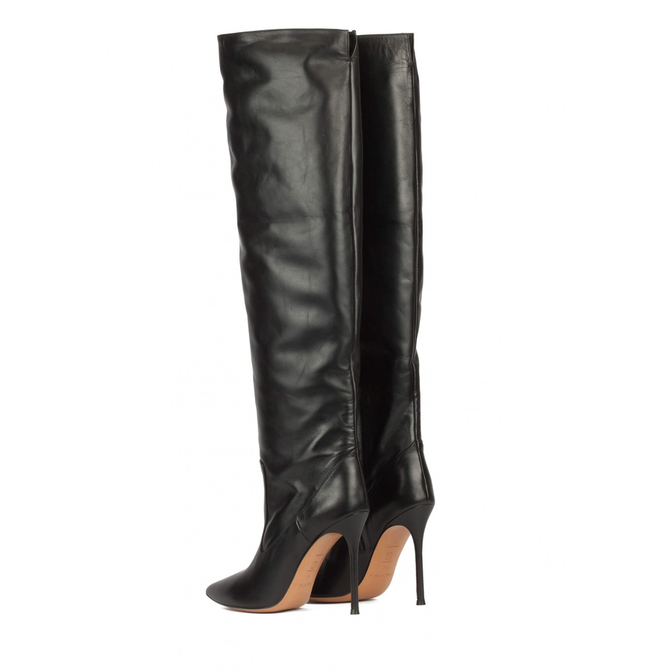 Heeled pointy toe boots in black leather