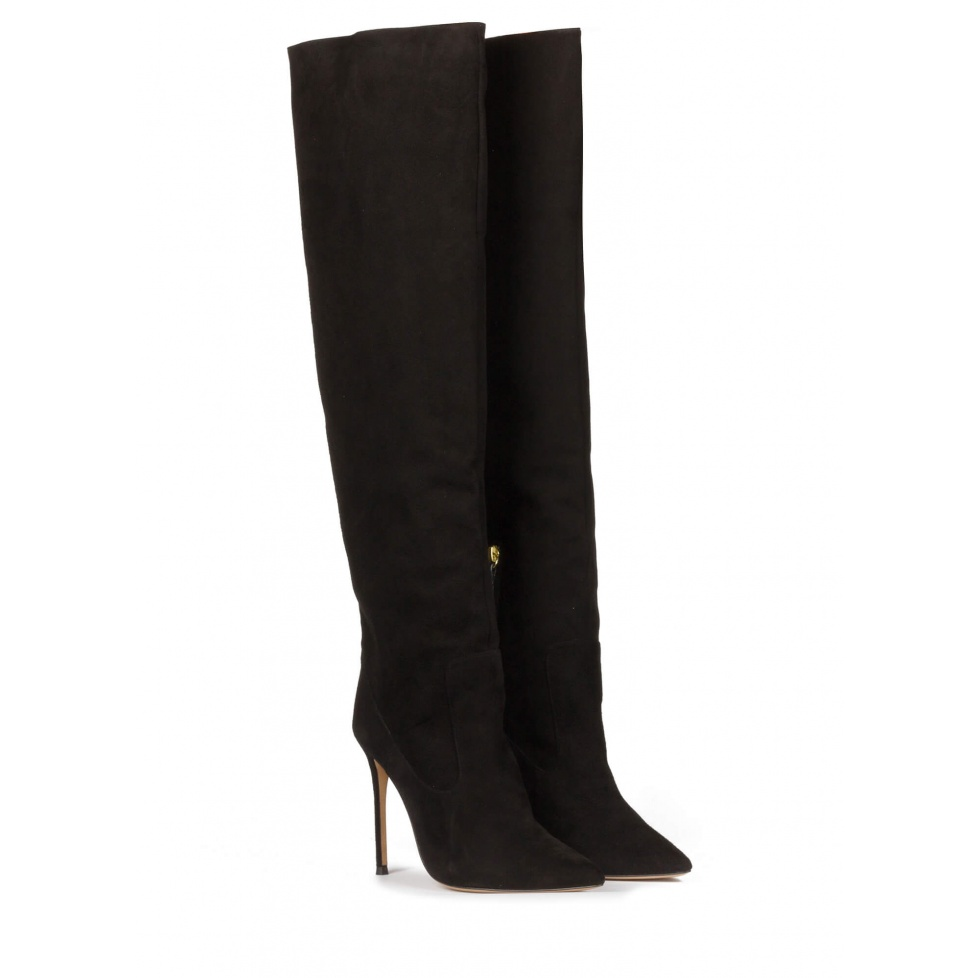 High-knee heeled pointy toe boots in black suede