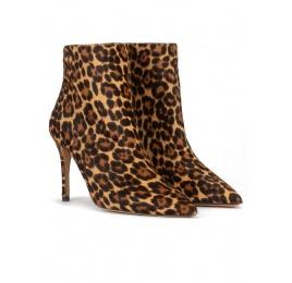 Botines de punta fina y tacón stiletto en leopardo Pura López