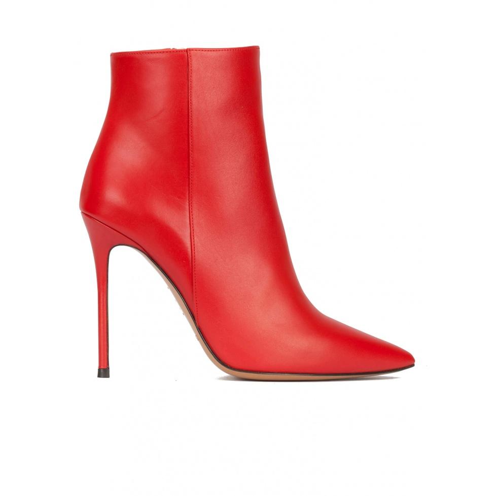Botines rojos de piel con punta fina y tacón stiletto