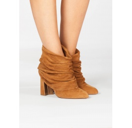 Camel suede slouchy high block heel ankle boots Pura López