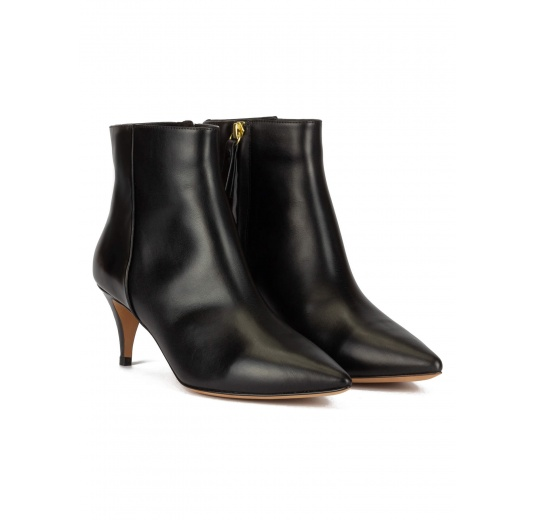 Mid-heeled pointy toe ankle boots in black leather Pura López