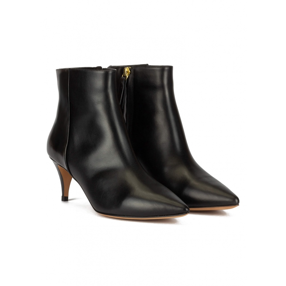 Mid-heeled pointy toe ankle boots in black leather