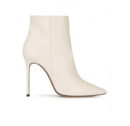 Heeled pointy toe ankle boots in off-white leather Pura López