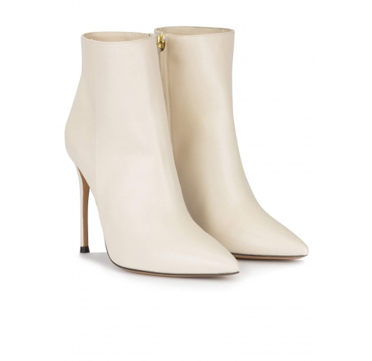 Heeled pointy toe ankle boots in off-white leather Pura L�pez