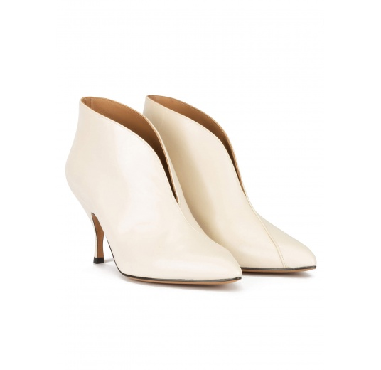 Curved heel pointy toe ankle boots in off-white leather Pura L�pez