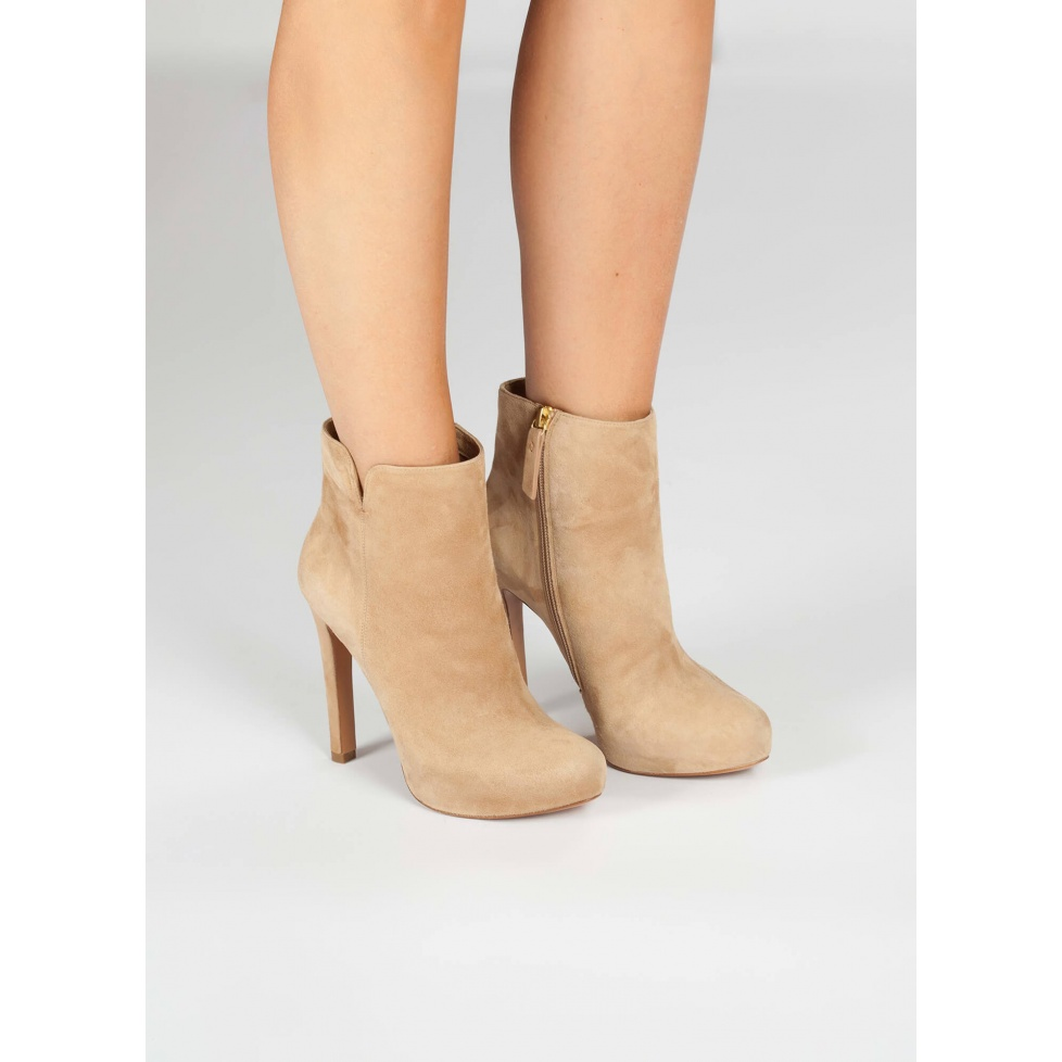 Botines camel de tacón alto en ante - tienda de zapatos Pura López