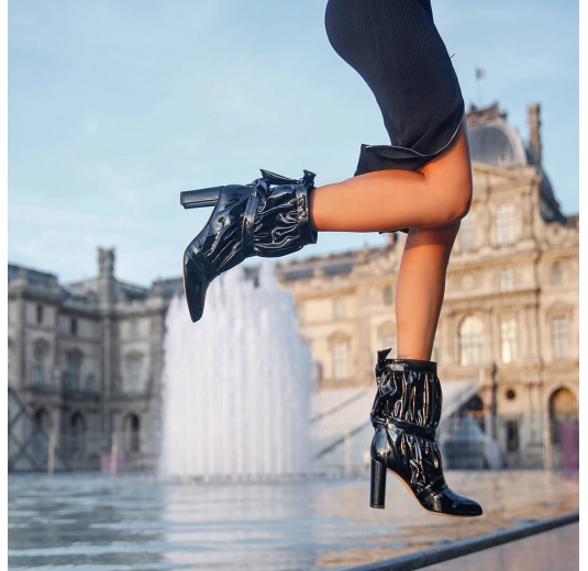 High block heel pointy toe ankle boots in black patent Pura L�pez