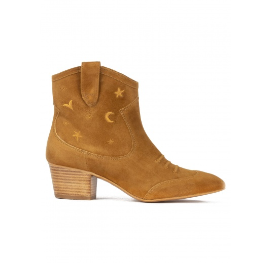 Cowboy ankle boots in camel suede with golden embroidery Pura L�pez