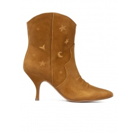 Curved heel cowboy ankle boots in camel suede Pura López