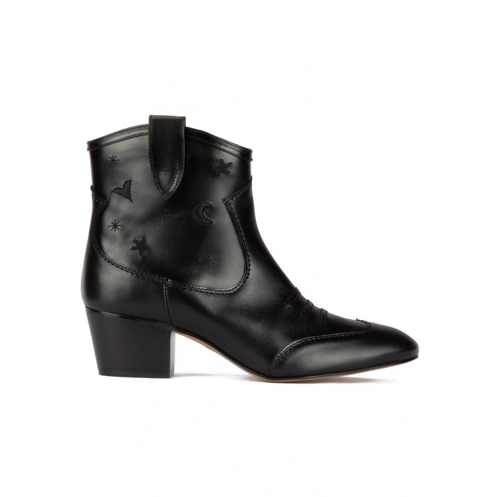 Botines de estilo cowboy en piel color negro con bordados