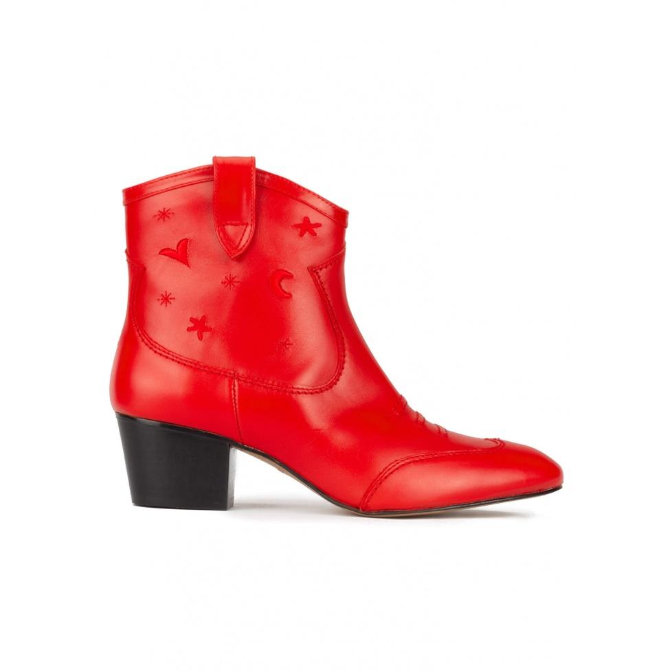 Botines rojos de estilo cowboy en piel con bordados