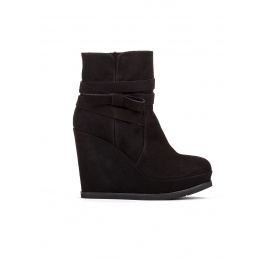 Wedge ankle boots in black suede Pura López