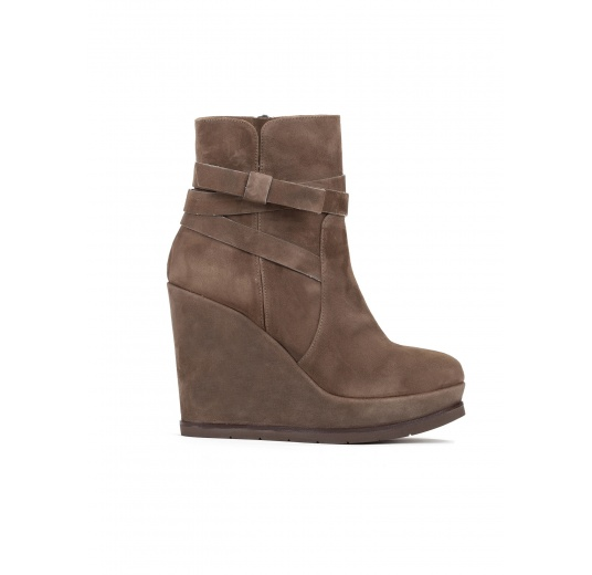Wedge ankle boots in kaki suede Pura L�pez