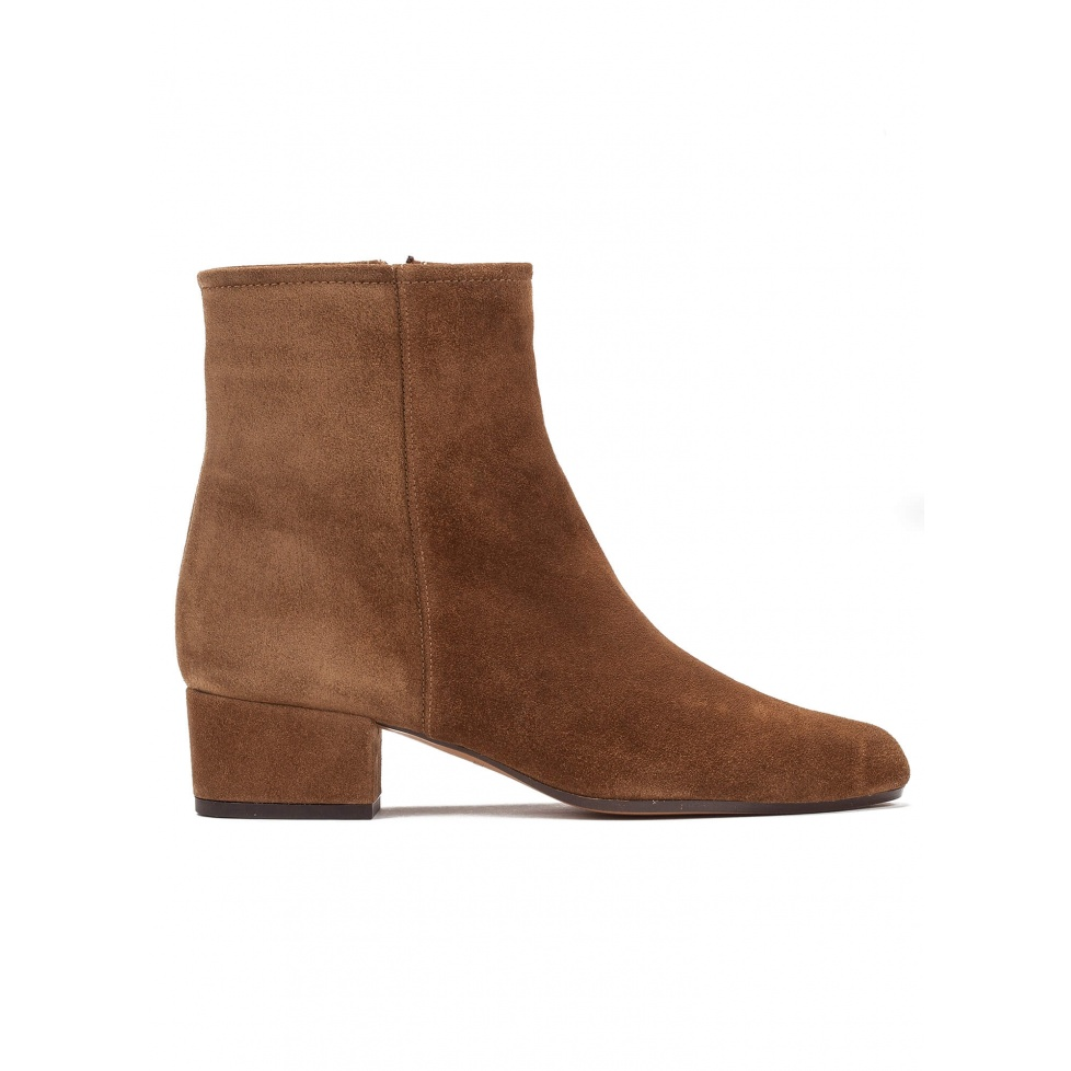Low heel ankle boots in brown suede
