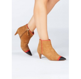 Patent detailed toe kitten heel ankle boots in camel suede Pura López