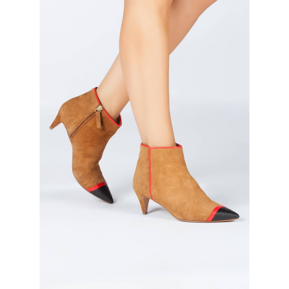 Botines de medio tacón en ante camel -tienda de zapatos Pura López