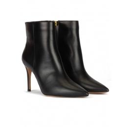 Botines de punta fina y tacón alto en piel calf color negro Pura López