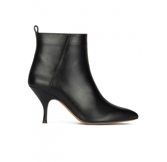 Curved mid heel ankle boots in black leather Pura López