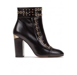 Botines de tacón alto en piel color negro con tachas metálicas Pura López
